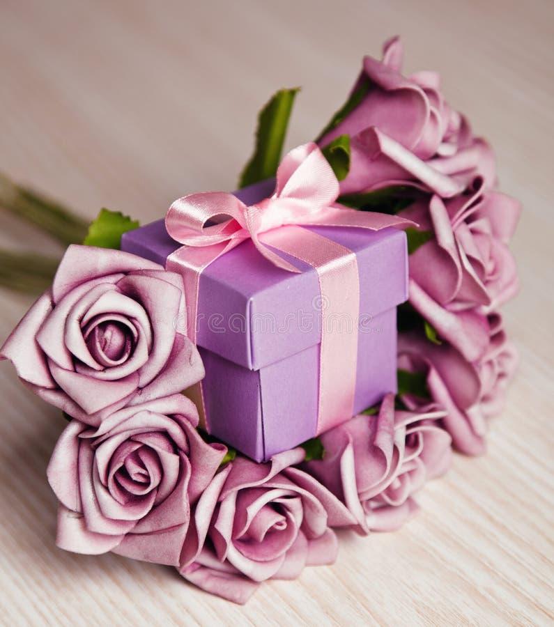 紫罗兰色玫瑰和礼物盒 免版税库存照片