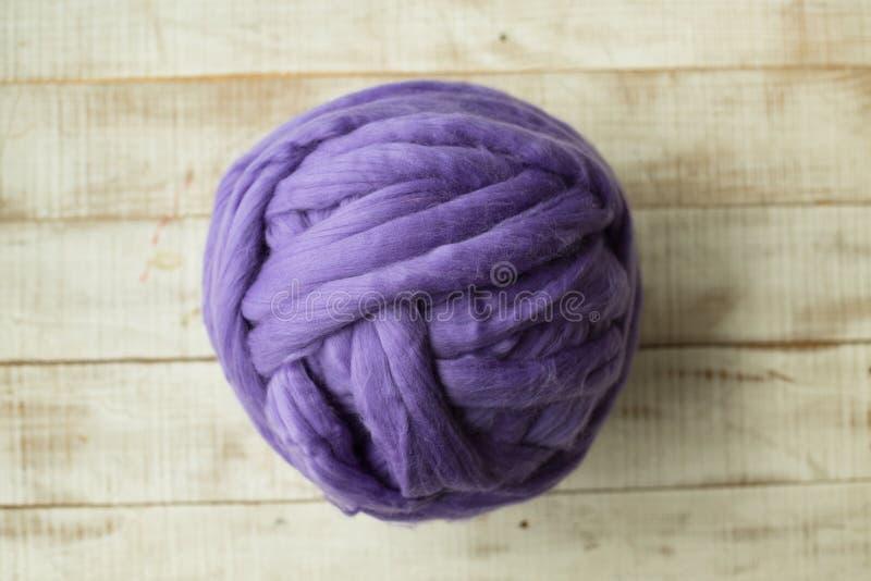 紫罗兰色美利奴绵羊的羊毛球 免版税库存图片