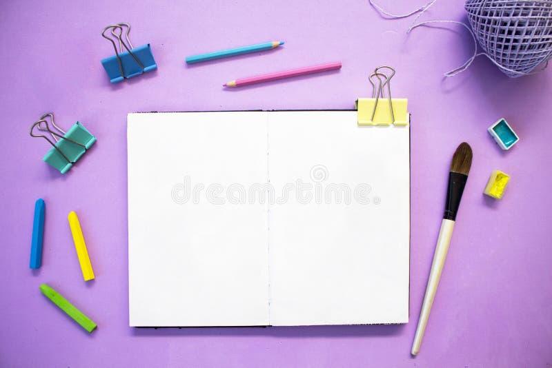 紫罗兰色背景的时髦女性工作场所 与文本地方的手工制造工艺爱好横幅模板 免版税库存照片