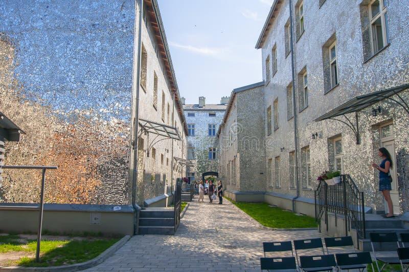 罗兹,波兰,2018年7月 Pasaz rozy罗莎的段落由乔安娜Rajkowska做了 免版税库存图片