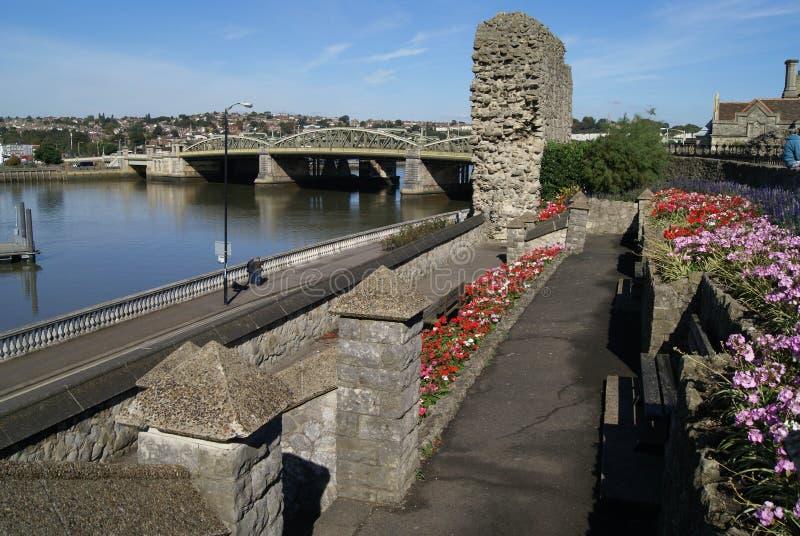 罗切斯特城堡在河梅德韦,英国的庭院和罗切斯特桥梁 图库摄影