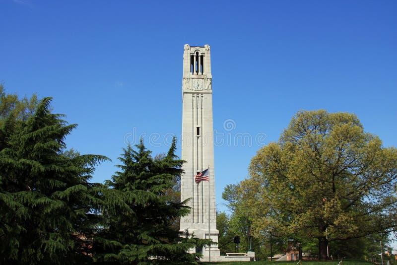 罗利街景画- NC州立大学钟楼 免版税库存照片