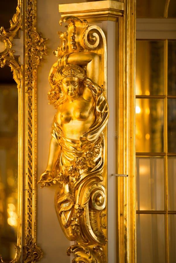 罗可可宫凯瑟琳宫的舞厅中的金色雕像,位于Tsarskoye Selo镇或Pushkin St Petersburg 免版税库存图片