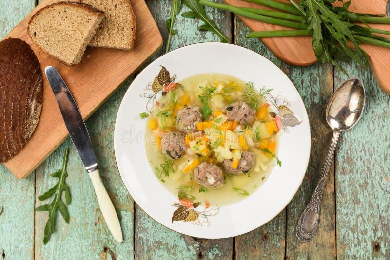 罗宋汤特写镜头烹调俄语汤 简单的汤用丸子服务与黑麦brea 图库摄影