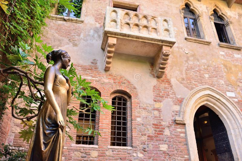 罗密欧和朱丽叶房子,维罗纳,意大利露台和阳台  库存图片