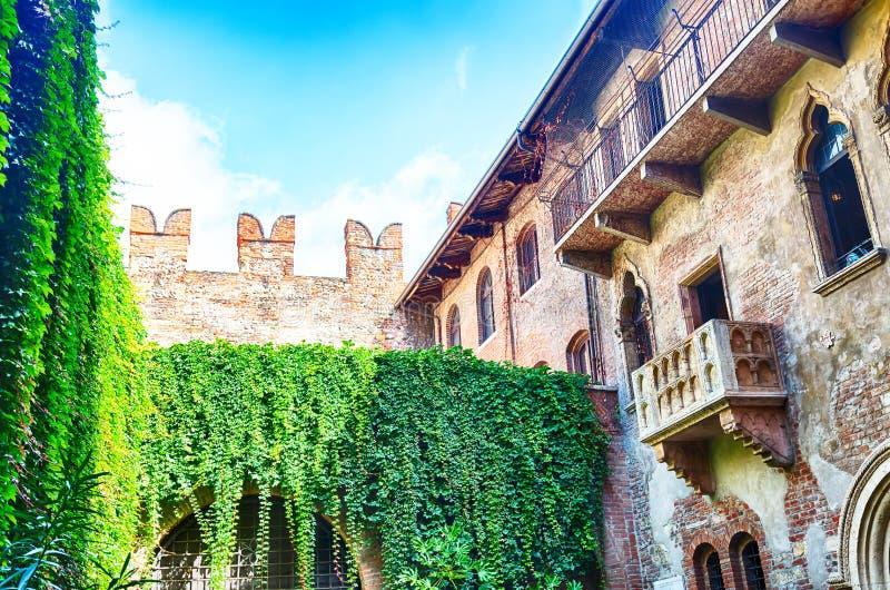 罗密欧和朱丽叶阳台在维罗纳,在夏日和蓝天期间的意大利 库存照片