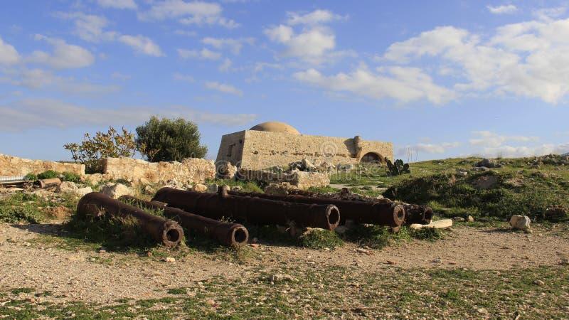 罗希姆诺历史的老镇有古老火炮的 希腊 库存照片