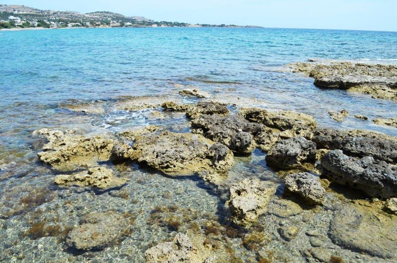 罗得岛希腊海岛的石岸  免版税库存图片