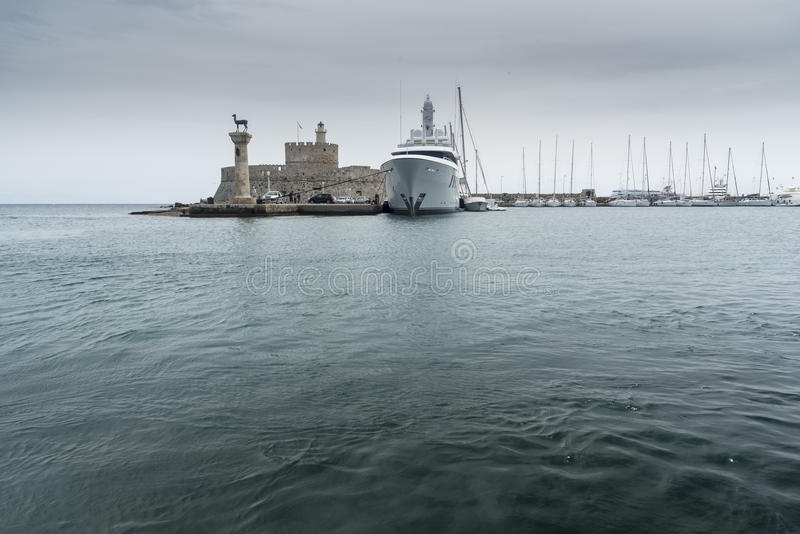 罗得岛镇港口海港入口Mandraki口岸 图库摄影