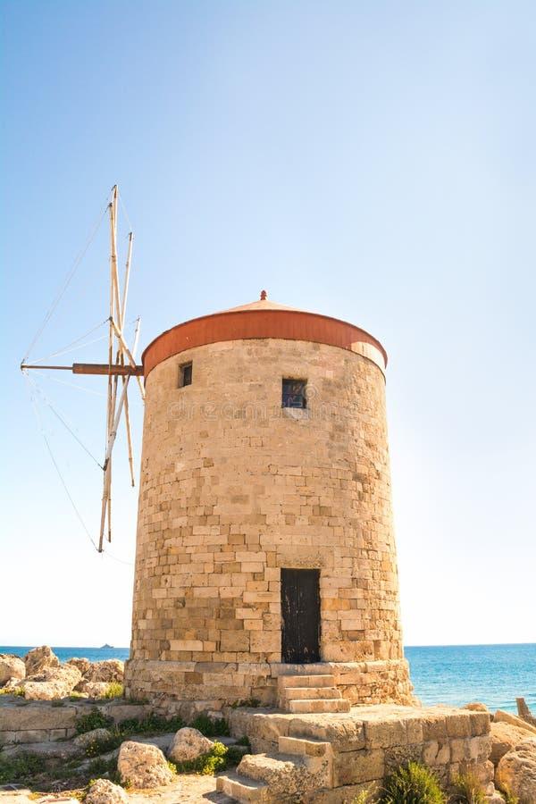 罗得岛风车在Mandraki港口,罗得岛,希腊 免版税图库摄影