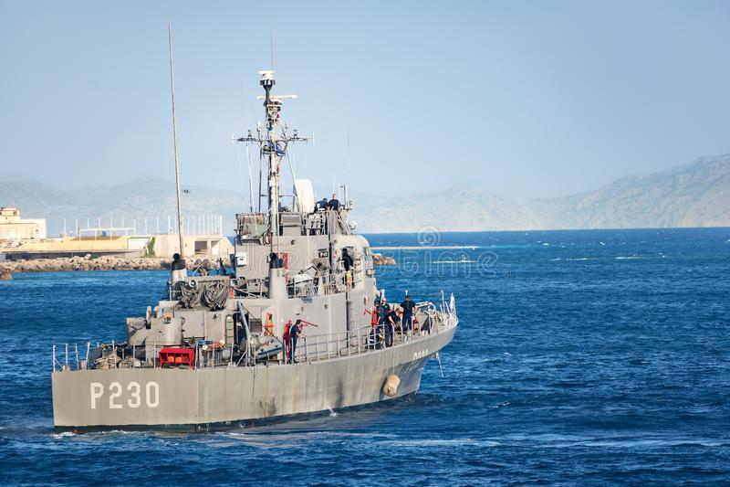 罗得岛,希腊–2017年9月21日:美国海军的HS Ormi –希腊炮舰P230前阿什维尔班的炮舰转移了 免版税库存照片