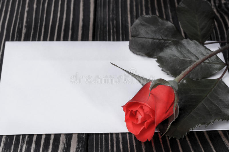 Download 罗斯和笔记关于木桌 库存图片. 图片 包括有 纸张, 信函, 背包, 的treadled, 红色, 葡萄酒 - 72369469