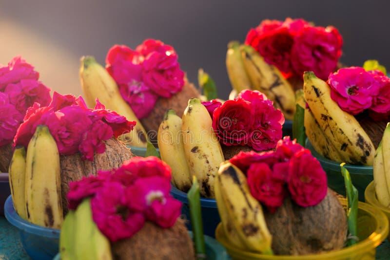 罗斯和香蕉在印度Kapaleeshwarar寺庙,金奈卖, 免版税库存图片