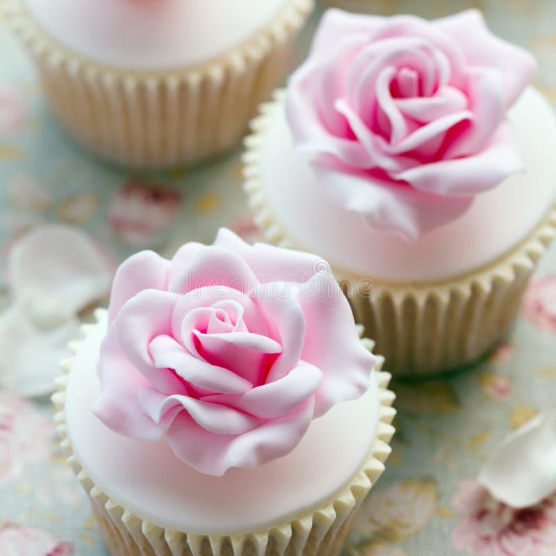 罗斯婚礼杯形蛋糕 免版税图库摄影
