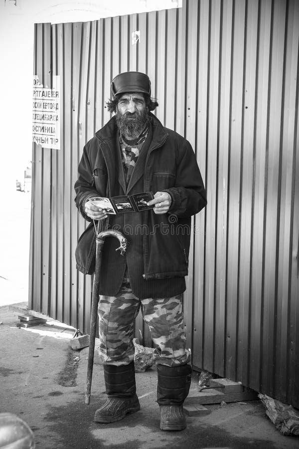 罗斯托夫,俄罗斯-大约2014年:无家可归的哀伤的老人 库存照片