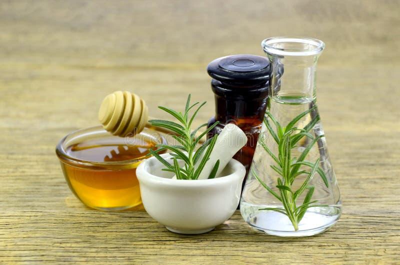 罗斯玛丽、蜂蜜和精油同种疗法补救的 免版税库存照片