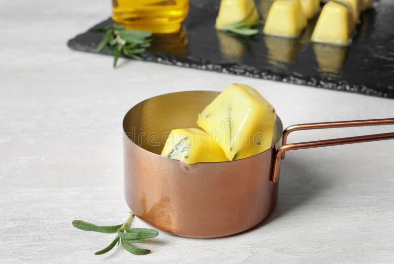 罗斯玛丽和橄榄油在平底深锅的冰块 免版税库存照片