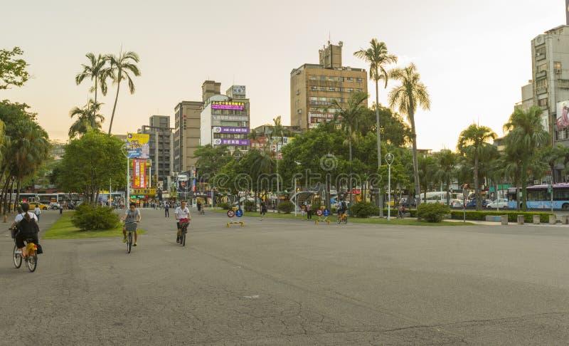 罗斯福Rd街道视图在国立台湾大学前面的暮色时间的在台北,台湾 图库摄影