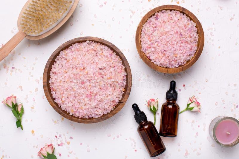 罗斯腌制槽用食盐和自然油瓶在白色背景 免版税库存照片