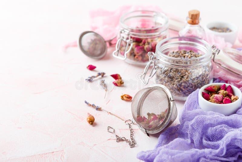 罗斯花瓣和芽芳香疗法的 免版税库存图片