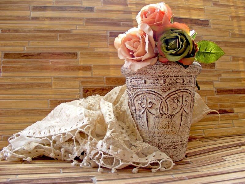 罗斯花瓶-葡萄酒破旧的作用 免版税库存照片