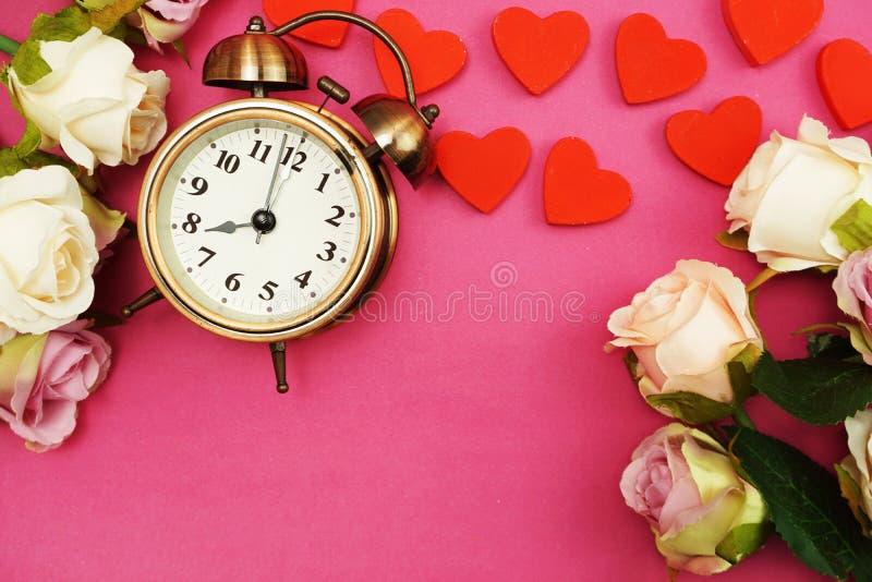 罗斯花花束和葡萄酒闹钟有空间拷贝的在桃红色背景 免版税图库摄影