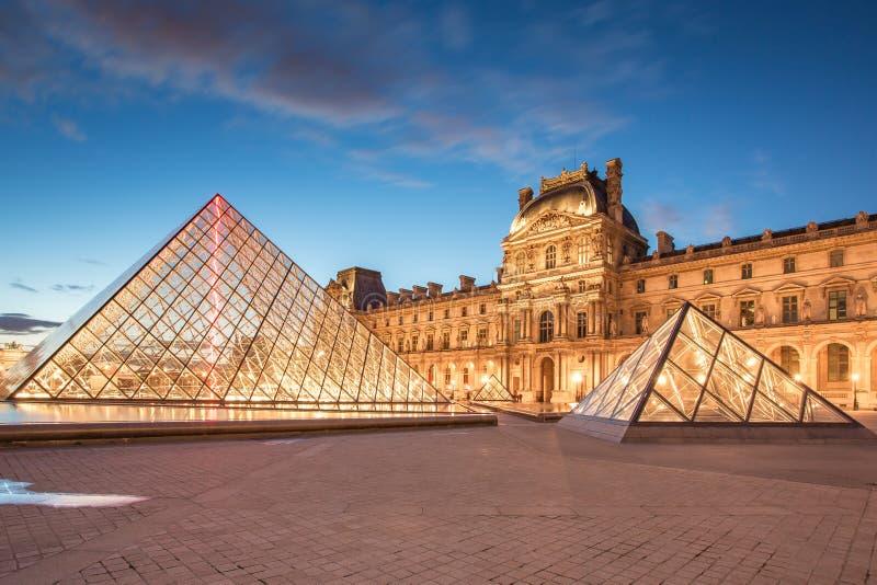 罗浮宫和金字塔在微明在巴黎,法国 免版税库存图片