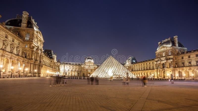 罗浮宫在nightis的巴黎 巴黎,法国一个中央地标  库存图片