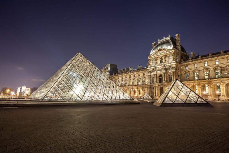 罗浮宫在nightis的巴黎 巴黎,法国一个中央地标  库存照片
