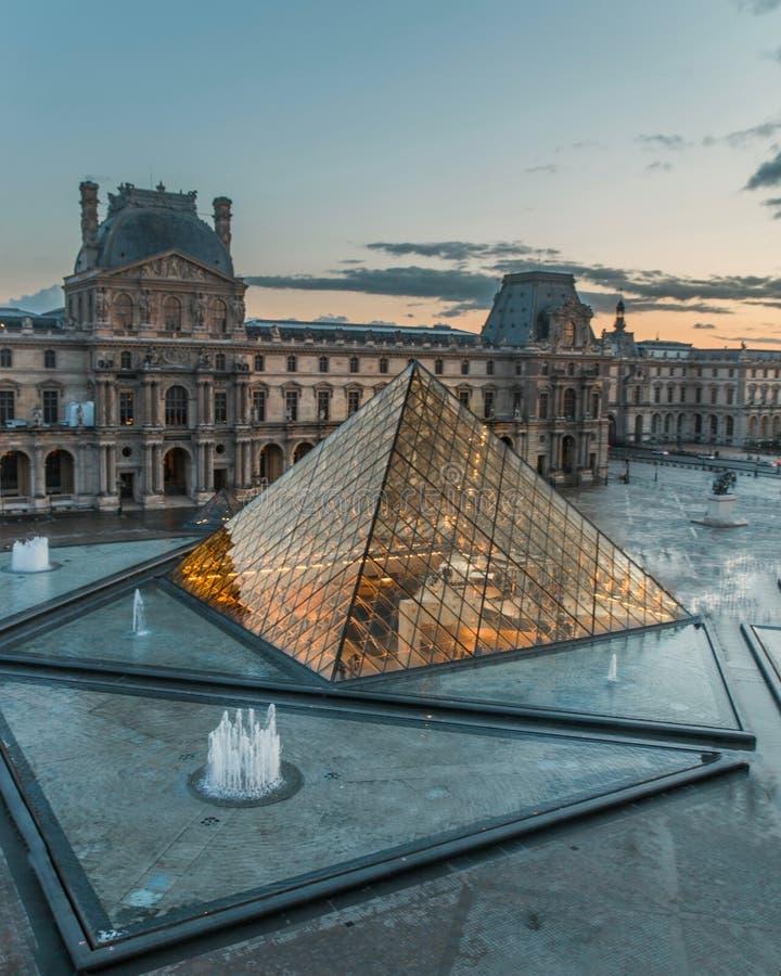 罗浮宫巴黎法国金字塔被阐明的日落 库存照片