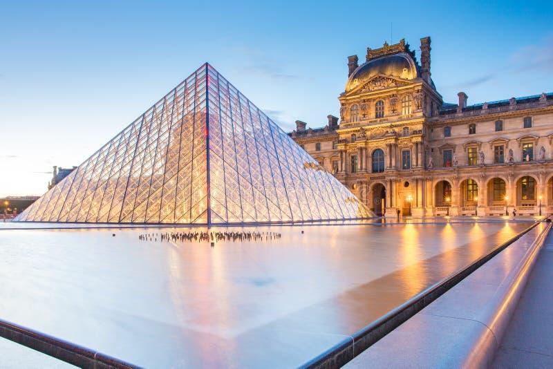 罗浮宫日落视图在巴黎,法国 免版税库存照片