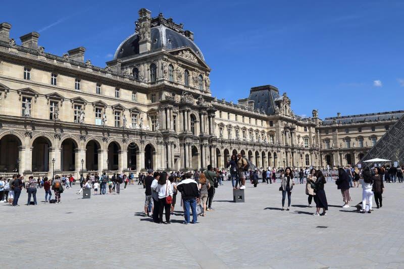 罗浮宫的游人在巴黎,法国 库存图片