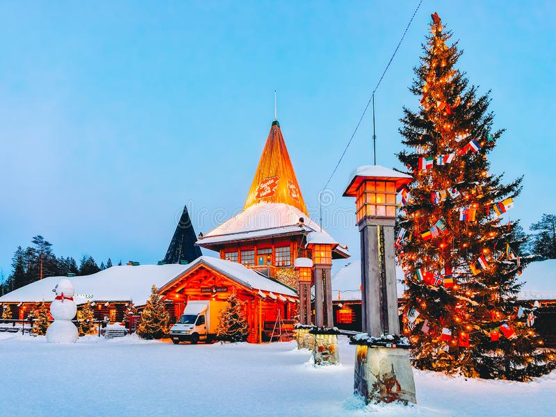 罗瓦涅米,芬兰- 2017年3月6日:北极圈街道灯笼在圣诞老人项目村庄的圣诞老人办公室在罗瓦涅米在拉普兰 库存图片