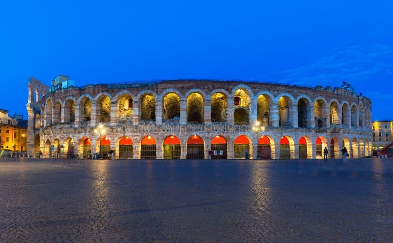 维罗纳圆形露天剧场在晚上 竞技场罗马维罗纳 免版税库存照片