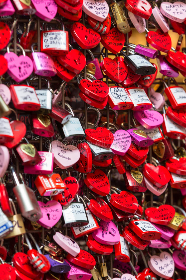 维罗纳-恋人锁和万能钥匙锁被关闭在Casa在朱丽叶` s阳台前面的di Giulietta 人们相信这woul 库存图片