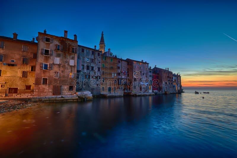 罗维尼沿海城市, Istria,日落的克罗地亚 Rovin秀丽antiq城市 免版税图库摄影