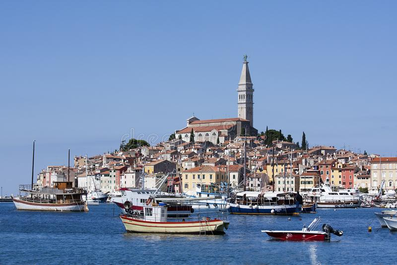 罗维尼港有它的渔夫小船和老镇的 库存照片