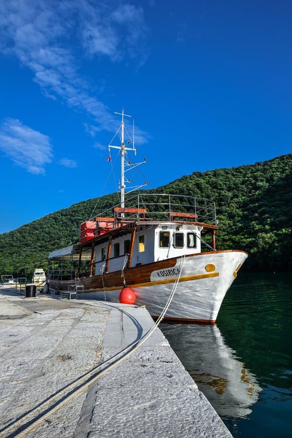 罗维尼,克罗地亚- 2018年5月22日:Limski运河Limski海湾在罗维尼附近的Istria 亚得里亚海的克罗地亚海运 Limski海湾和少许 库存照片
