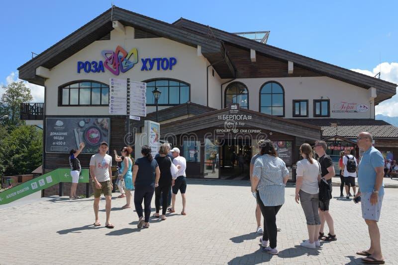 罗莎Khutor,俄罗斯, Krasnaya Polyana - 2018年7月22日:罗莎高原夏天视图的滑雪奥运村 免版税库存照片