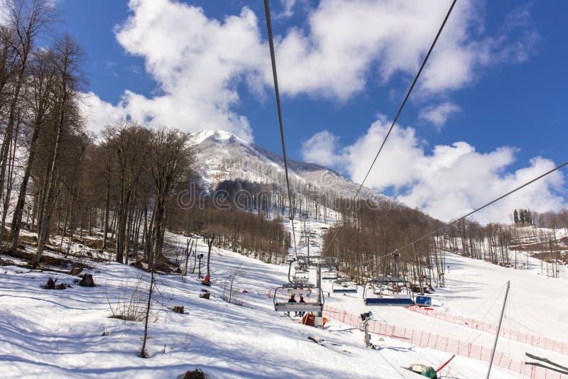 罗莎KHUTOR,俄罗斯- 2016年3月31日:倾斜看法在罗莎Khutor滑雪胜地的 库存照片