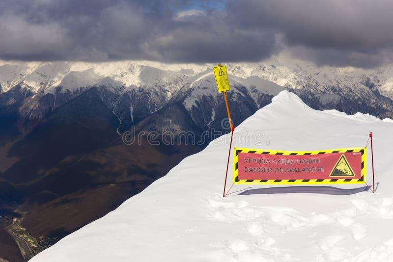 罗莎KHUTOR,俄罗斯- 2016年3月31日:在罗莎峰顶风景顶视图的警报信号在多雪的高加索山脉 免版税库存图片