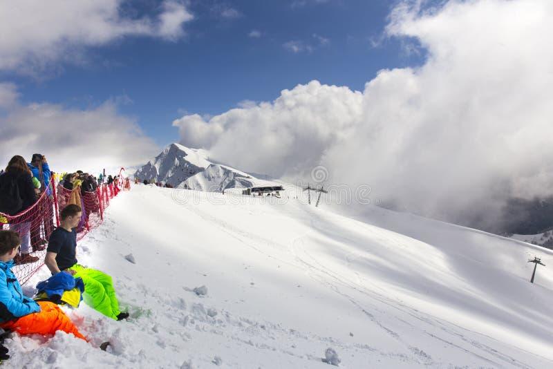 罗莎KHUTOR,俄罗斯- 2016年3月31日:游人和车手在罗莎峰顶登上名列前茅2320米高度 图库摄影