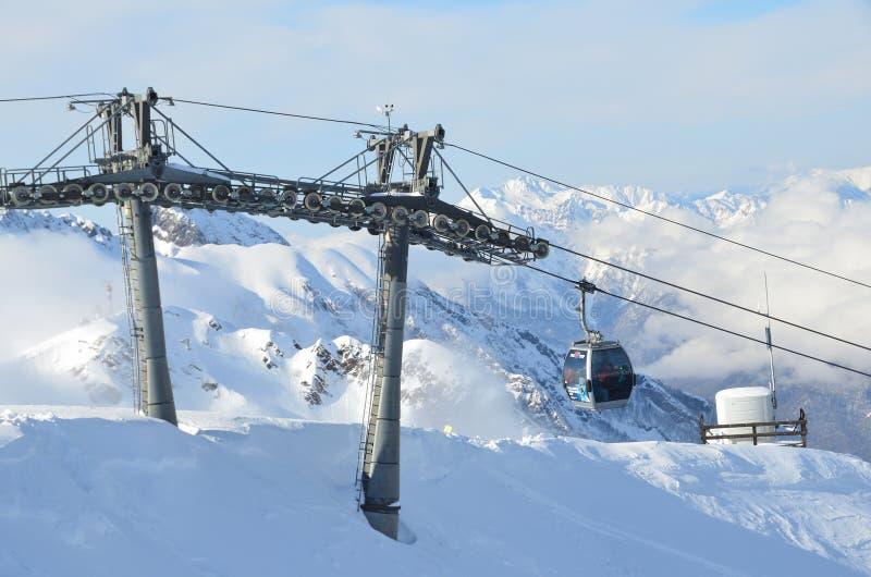 罗莎Khutor,索契,俄罗斯, 2018年1月, 26日,在滑雪胜地罗莎Khutor的倾斜的缆车`白种人明确` 库存图片