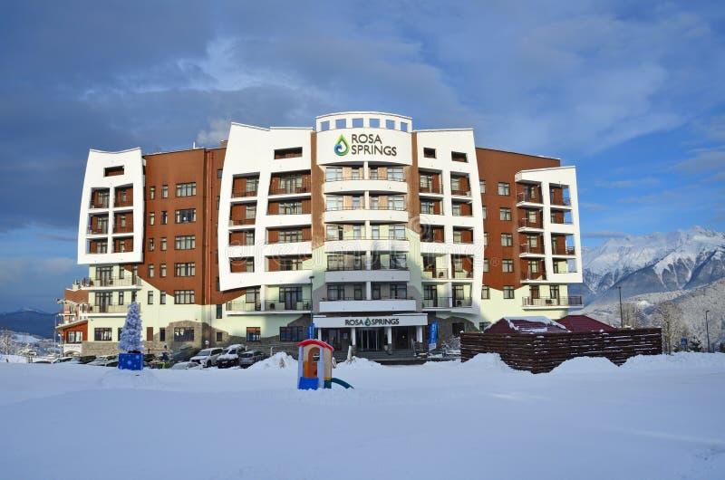 罗莎Khutor,索契,俄罗斯, 2018年1月, 26日 旅馆'罗莎春天'在罗莎Khutor的4*在冬天早晨innSochi,俄罗斯 免版税图库摄影