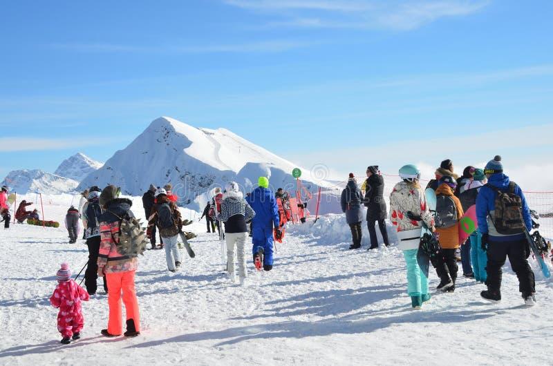 罗莎Khutor,索契,俄罗斯, 2018年1月, 26日 索契,在山附近Aibga的峰顶的游人在罗莎Khutor滑雪场的 免版税库存图片