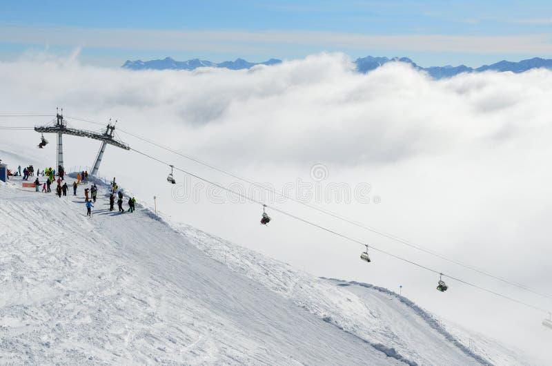罗莎Khutor,索契,俄罗斯, 2018年1月, 28日 走在驾空滑车`在雾的Edelweiss `附近的人们 图库摄影