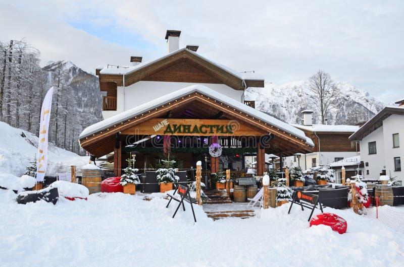 罗莎Khutor,索契,俄罗斯, 2018年1月, 26日 罗莎瑞士山中的牧人小屋的餐馆Dinastiya在滑雪场罗莎胡特的早期的冬天早晨 库存图片