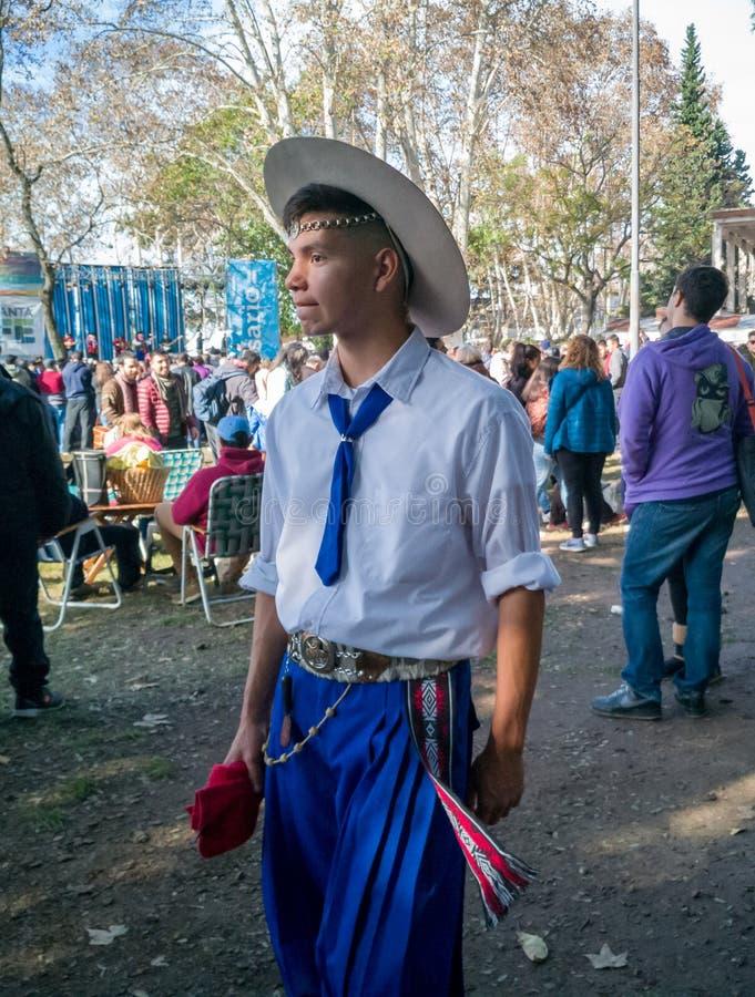 罗萨里奥,圣塔菲/阿根廷;05/12/2018:有传统的一个阿根廷印第安人混血儿穿衣并且装饰 免版税图库摄影