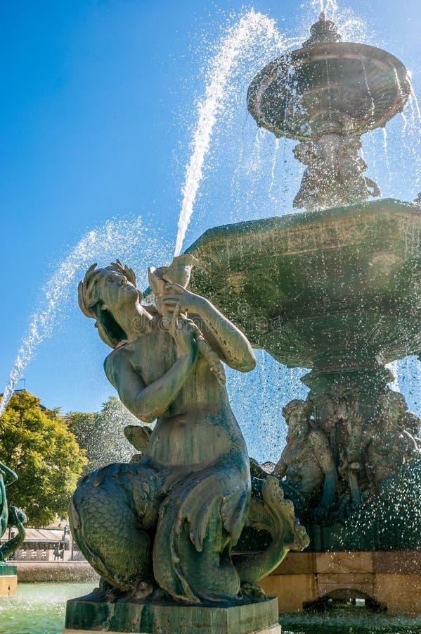 罗西乌广场喷泉在里斯本,葡萄牙的首都 免版税库存图片