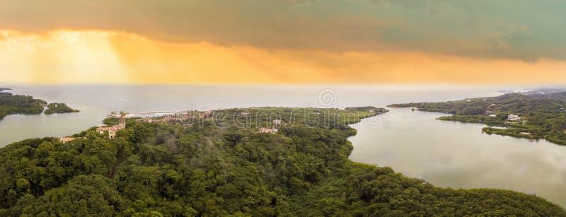 罗阿坦岛南岸的空中180度全景日出的 库存照片